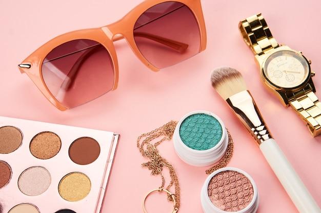 Cosmetici su sfondo rosa
