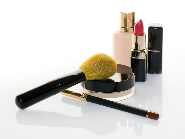 Cosmetici su uno sfondo bianco con copia spazio
