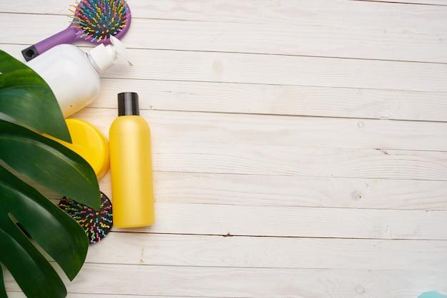 Cosmetici cura della pelle massaggio pettine fondo in legno trattamenti termali. foto di alta qualità