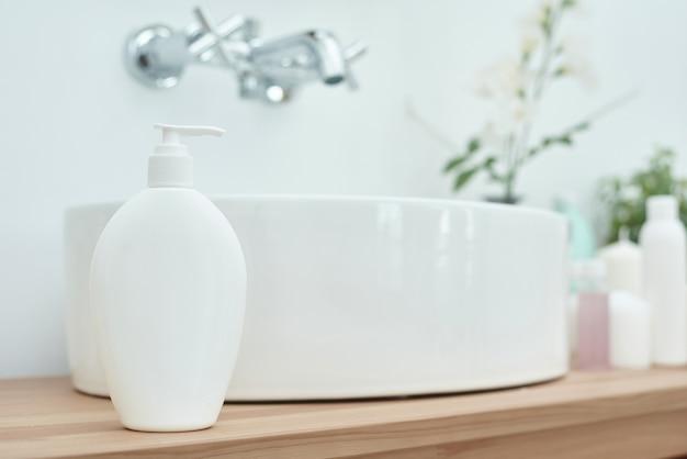 Cosmetici con accessori vicino al lavandino in bagno