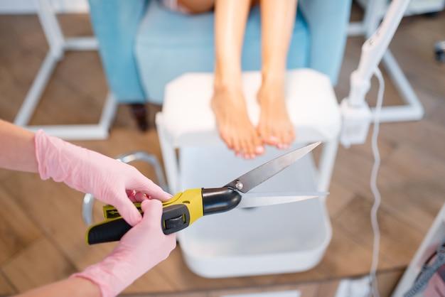 Salone cosmetologo, pedicure, procedura di ritaglio