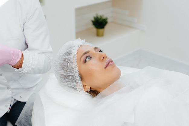Procedura di cosmetologia per l'aumento delle labbra e la rimozione delle rughe per una giovane e bella ragazza