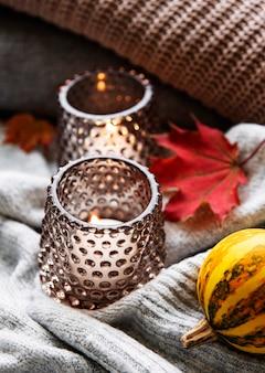 Accogliente e morbido autunno, maglioni lavorati a maglia e candele