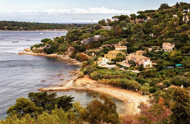 Costa azzurra e paesaggio verde con lussuose ville e yacht a saint tropez, francia