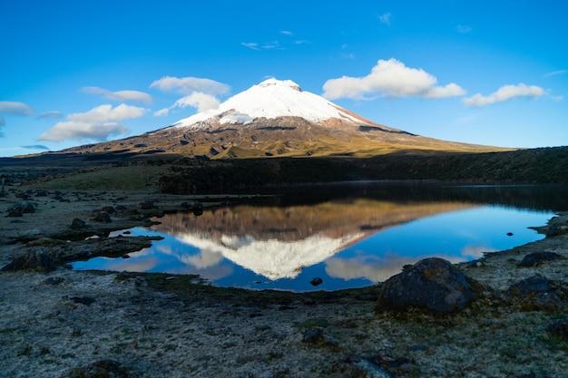 Il vulcano cotopaxi all'alba ripreso dalla laguna di santo domingo