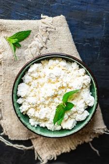 Ricotta fresca cibo sano colazione mucca o capra latte di pecora sul tavolo cibo sano