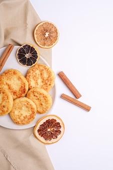Frittelle di ricotta. umore della colazione di natale con anice e cannella su sfondo bianco, spazio copia vista dall'alto