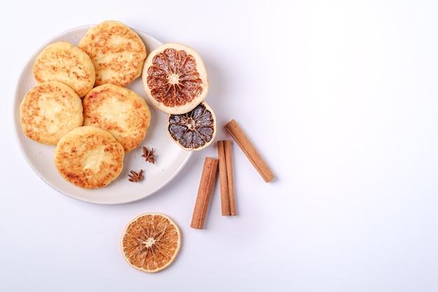 Frittelle di ricotta. umore della colazione di natale con anice e cannella su bianco