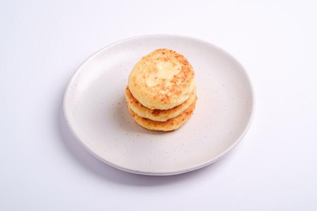 Frittelle di ricotta. dessert colazione nel piatto su bianco, angolo di visione