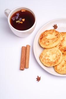 Frittelle di ricotta con tè nero aromatico caldo, colazione di natale con anice e cannella