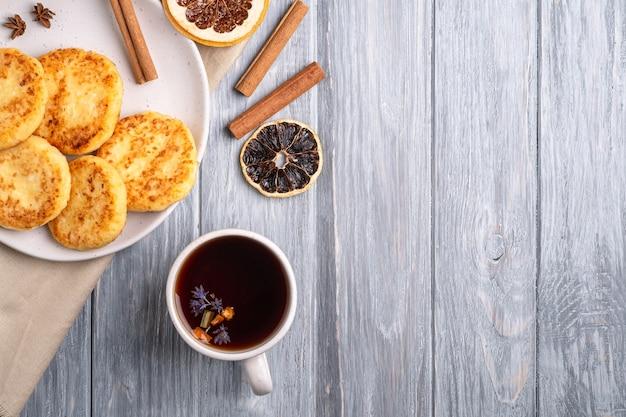 Frittelle di ricotta con tè nero aromatico caldo