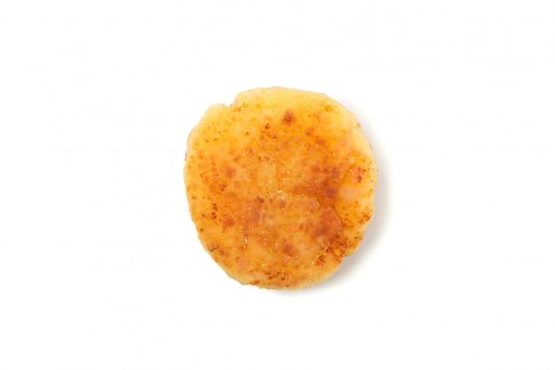 Pancake della ricotta isolato su superficie bianca