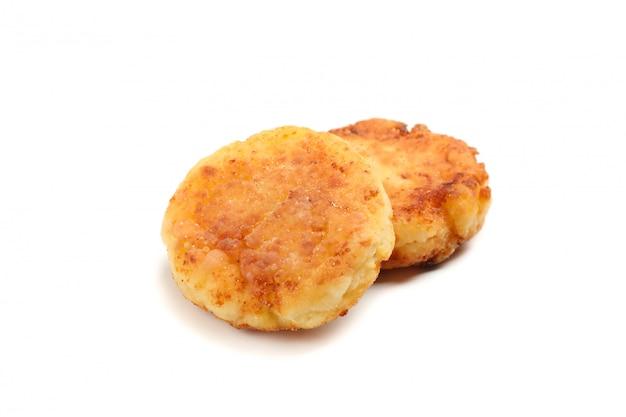 Pancake della ricotta isolati su superficie bianca