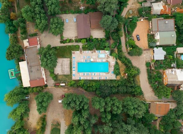 Ripresa aerea del villaggio di cottage sulla riva del fiume