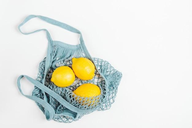 Borsa in rete di cotone con limoni. stile di vita sostenibile. concetto ecologico.