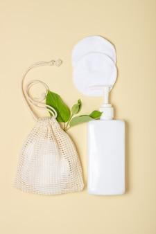 Cuscinetti struccanti riutilizzabili in cotone in un sacchetto di stoffa su fondo beige. il concetto di ecologia e consumo consapevole. tamponi di cotone riutilizzabili