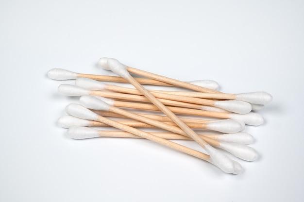 Tampone di cotone isolato sul bianco.
