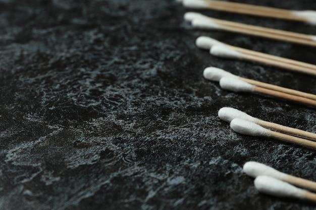 Tamponi di cotone su sfondo nero fumoso, spazio per il testo