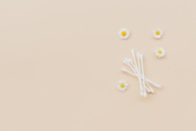 Tamponi di cotone e camomille fresche