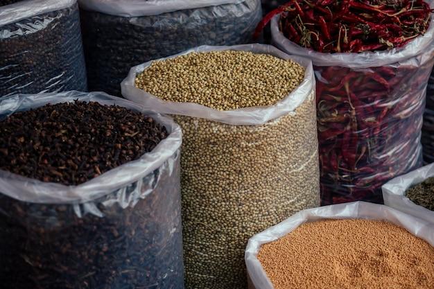 Bancone con spezie cinesi e indiane sul mercato