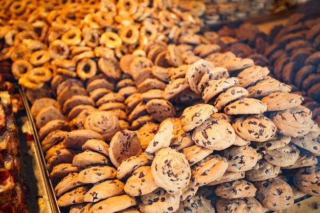 Contatore con i biscotti in strada