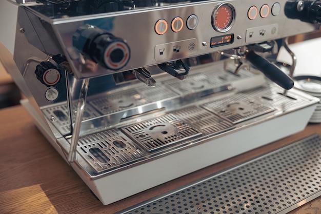 Bancone con macchina da caffè professionale in caffetteria