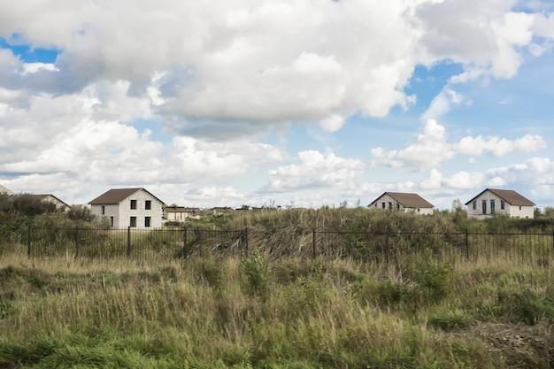 Costruzione del paese di cottage. case non finite nel villaggio.