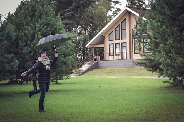 Case di campagna con tronchi e legname in zona verde. accoglienti case ecologiche in legno naturale, bungalow per famiglie.