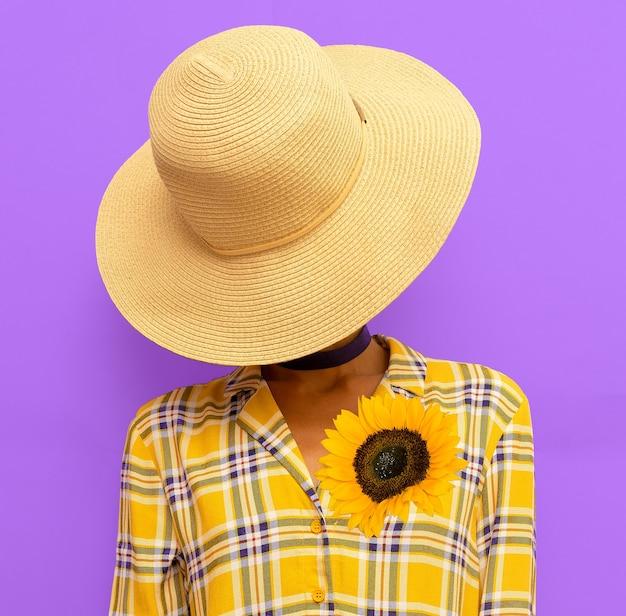 Signora dell'estate di campagna. tendenza outfit estivo