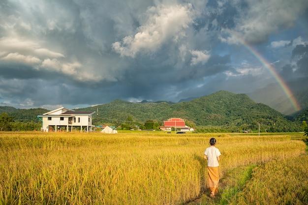 Famiglia in campagna nell'azienda agricola del riso nel distretto di pua