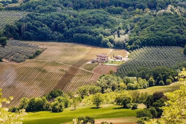 Paesaggio di campagna con case di villaggio campi vigneti vicino a montepulciano toscana italy