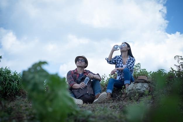 Coppie - escursionisti attivi escursionismo godendo la vista guardando il paesaggio di foresta di montagna nel parco nazionale