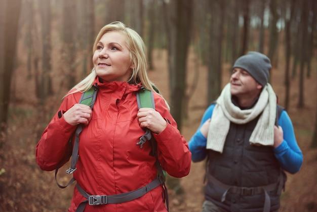 Coppia ammirando la natura nella foresta