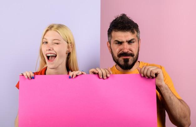 La pubblicità delle coppie e il concetto di famiglia la coppia sorridente tiene la coppia felice dell'insegna in bianco della pubblicità