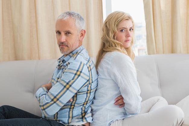 Coppia litigare sul divano