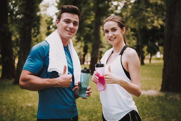 Coppia di atleti dopo l'allenamento nel green park.