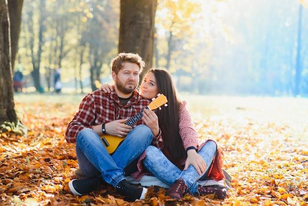 Coppia nel parco d'autunno