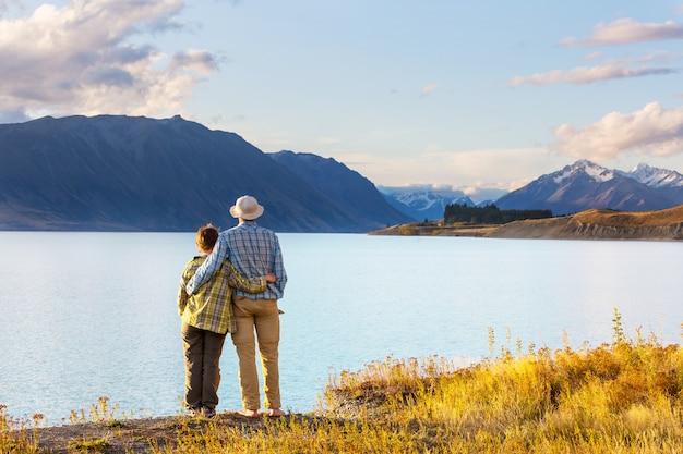 Coppia nel bellissimo lago di montagne, nuova zelanda, lago tekapo
