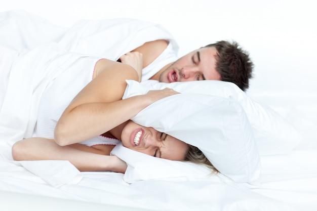 Coppia a letto mentre la donna sta cercando di dormire