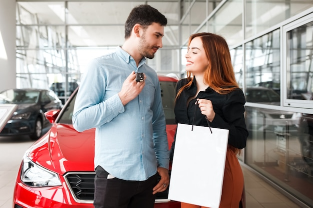 Coppia presso un concessionario di automobili ha acquistato una nuova auto