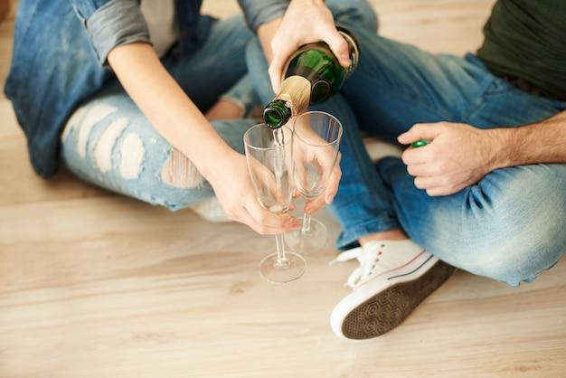 Coppia tifa nuova vita con un bicchiere di champagne