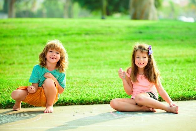 Coppia di bambini che giocano all'aperto. adattamento dei bambini. fratello e sorella al parco soleggiato estivo.