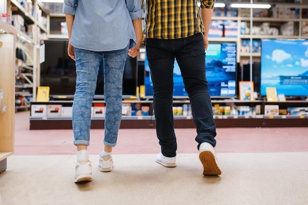 Coppia la scelta della tv nel negozio di elettronica