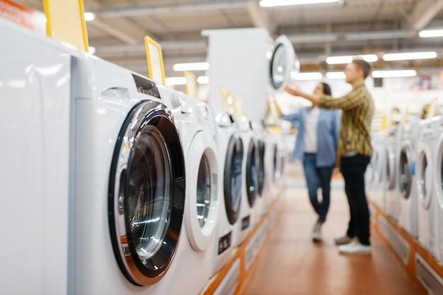 Coppia la scelta di lavatrice, negozio di elettronica