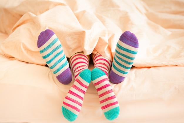Coppia in calze di natale in camera da letto