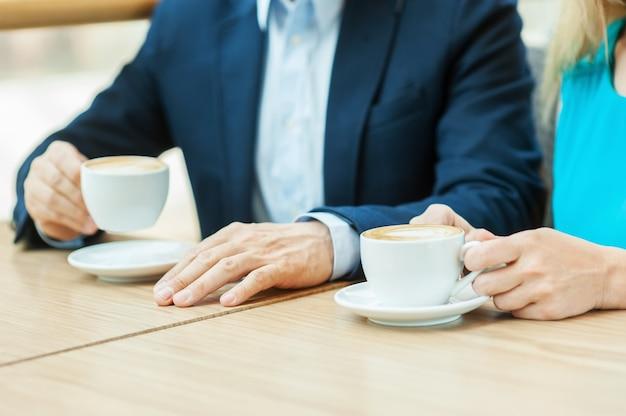 Coppia in caffetteria. vista dall'alto di una coppia che beve caffè insieme seduti al bar