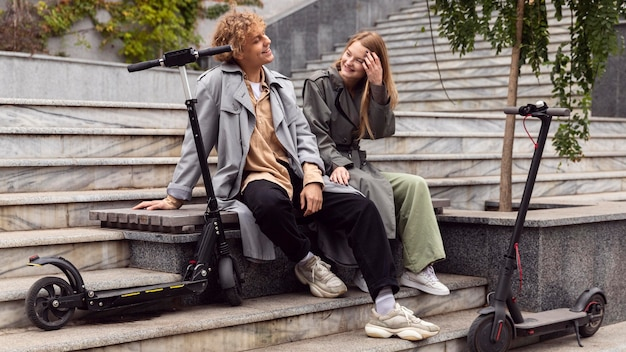 Coppia conversare accanto a scooter elettrici