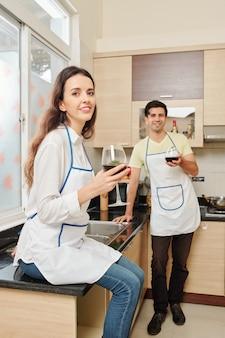 Coppia cucinare e bere vino