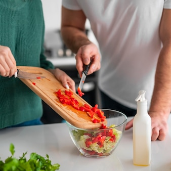 Coppie che cucinano a casa
