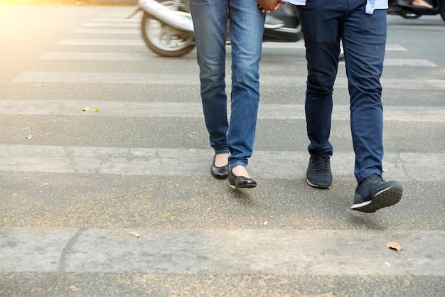 Coppia che attraversa la strada